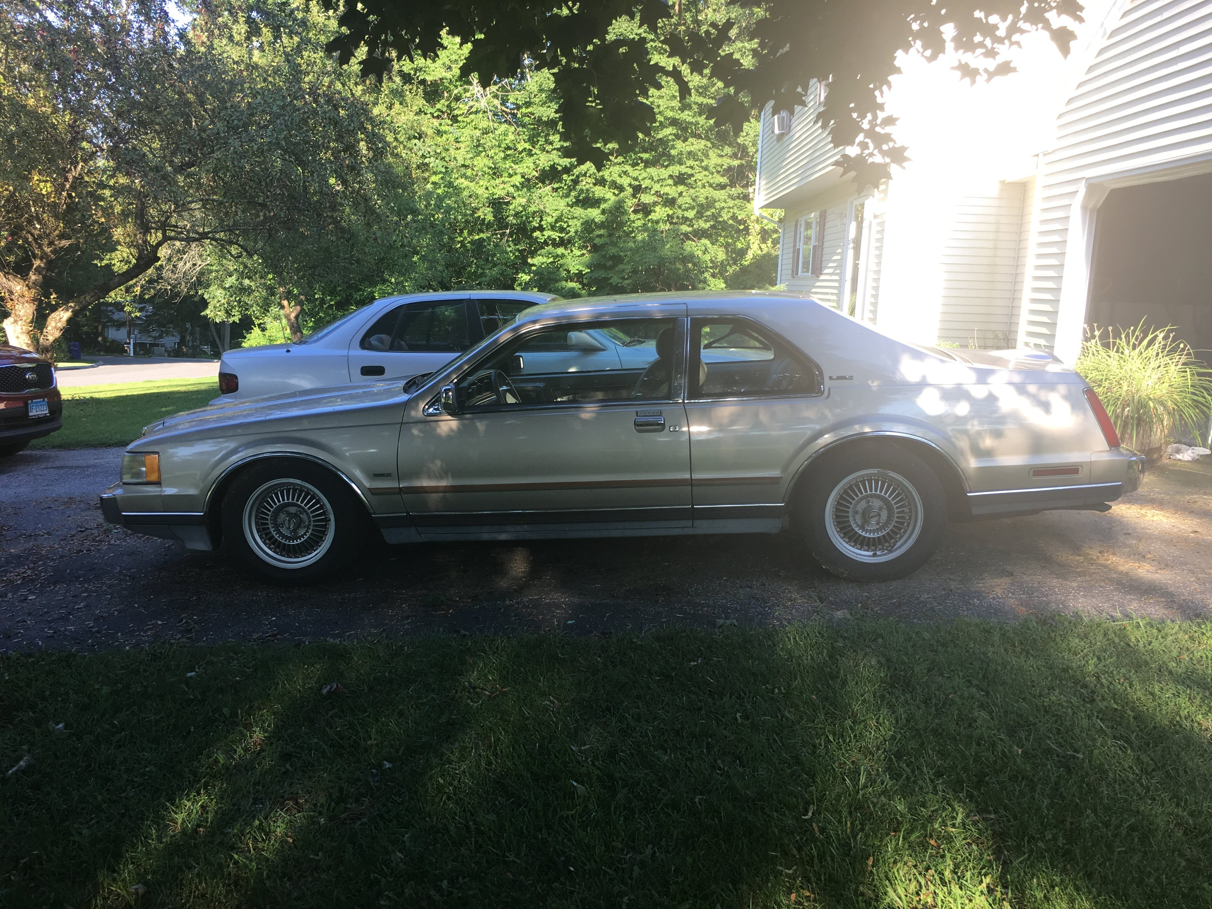 Junk 1989 Lincoln Mark VII in New Milford