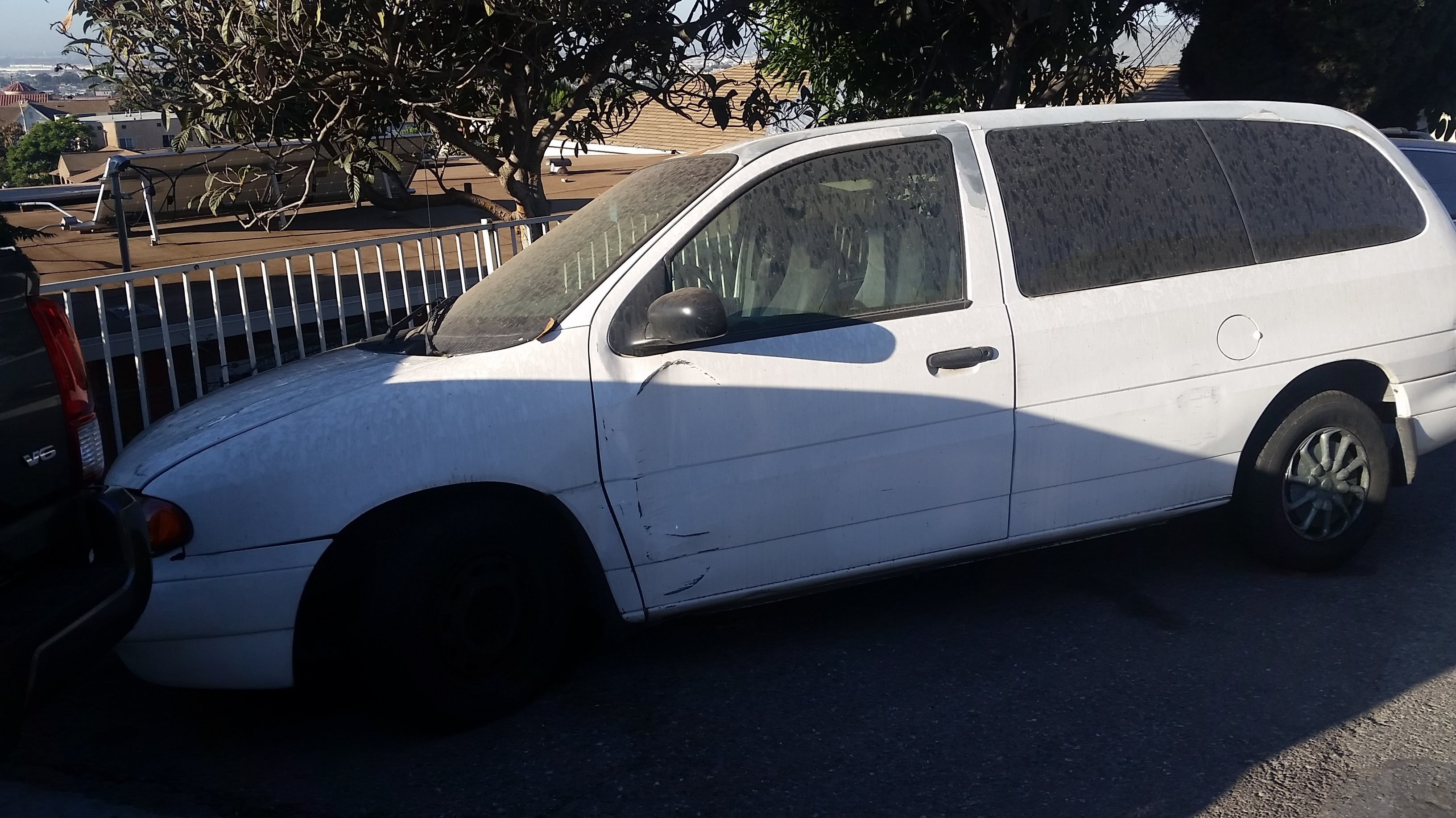 Junk 1998 Ford Windstar in Los Angeles