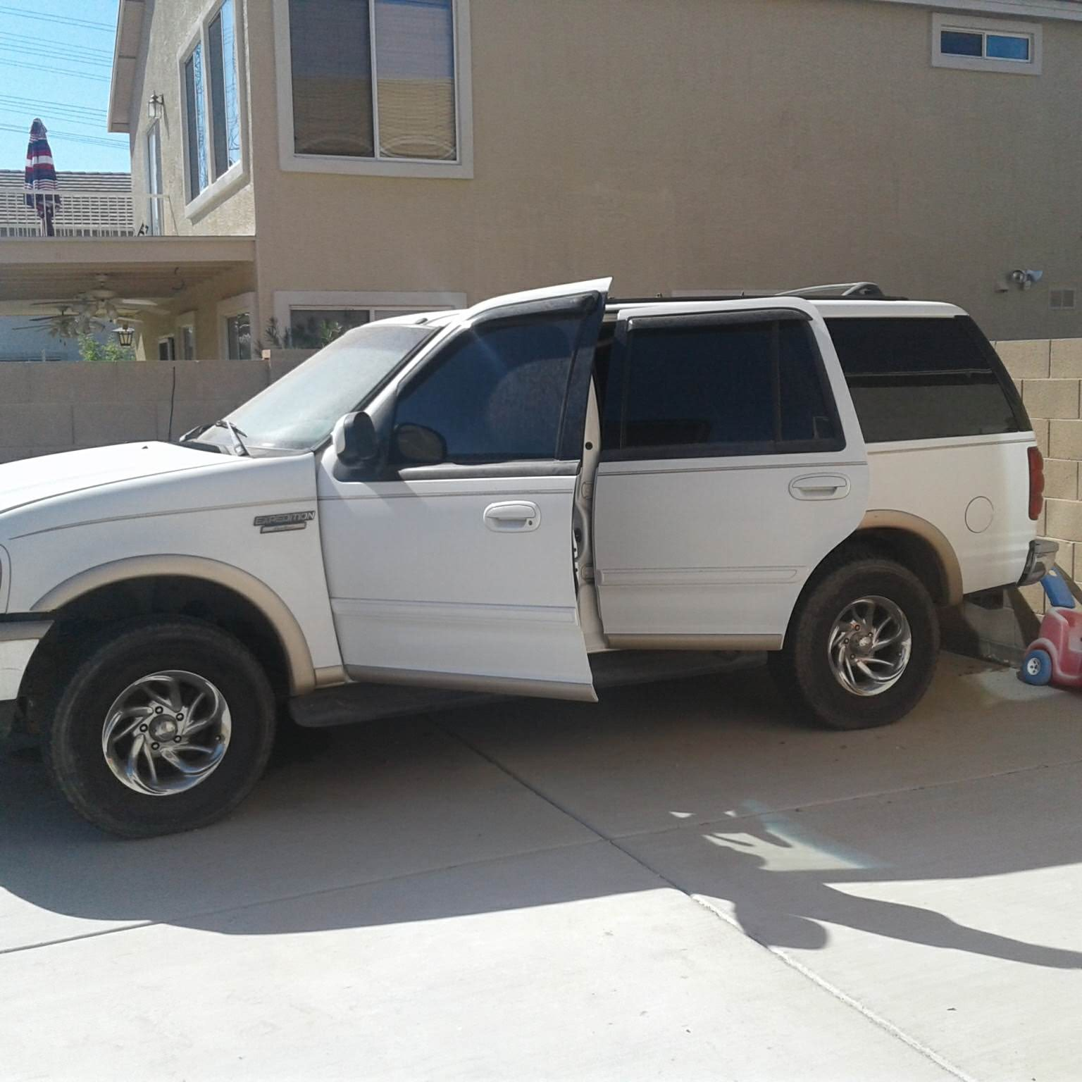 Junk 1999 Ford Expedition in Avondale