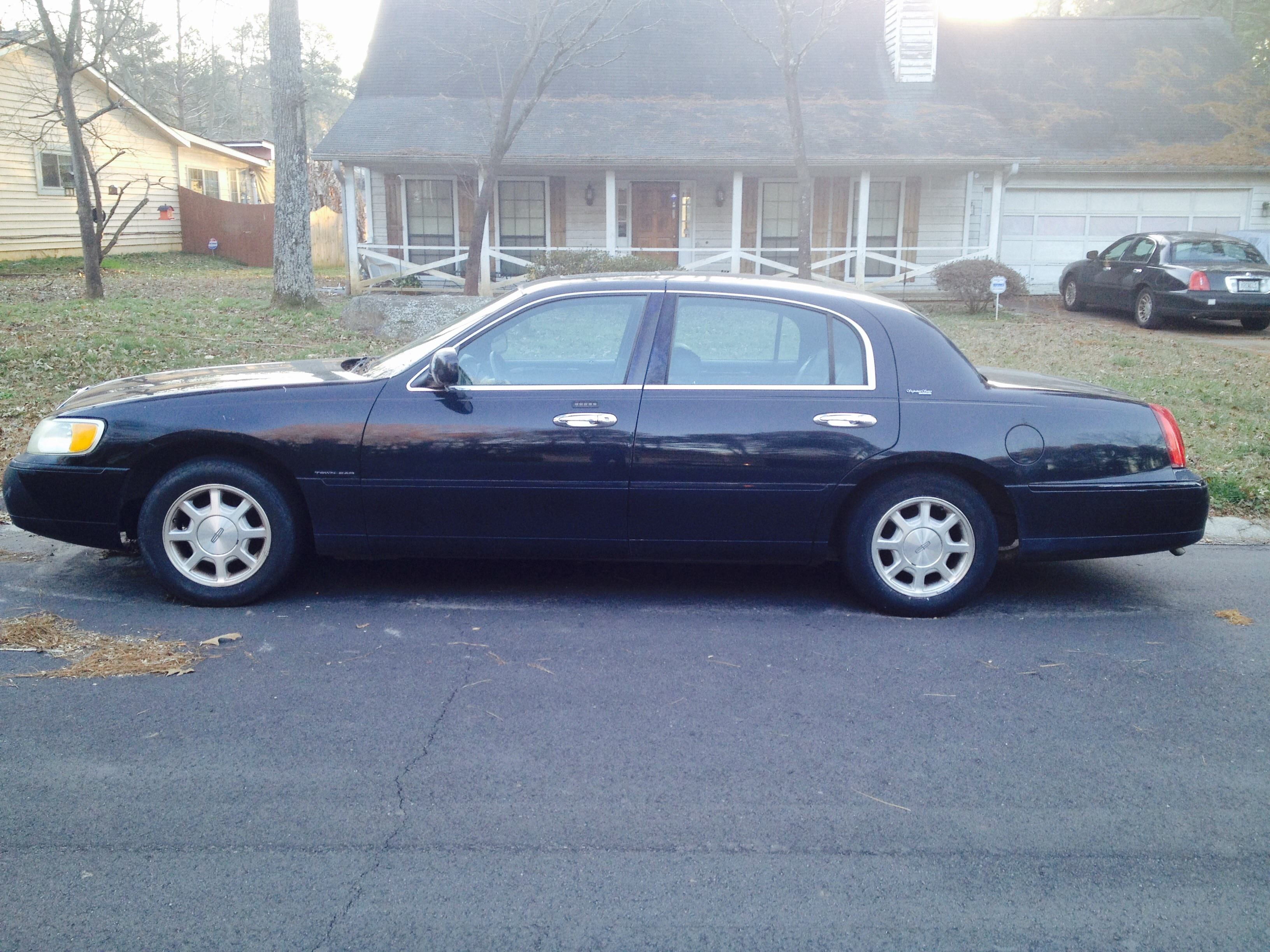 Junk 2000 Lincoln Town Car in Lilburn