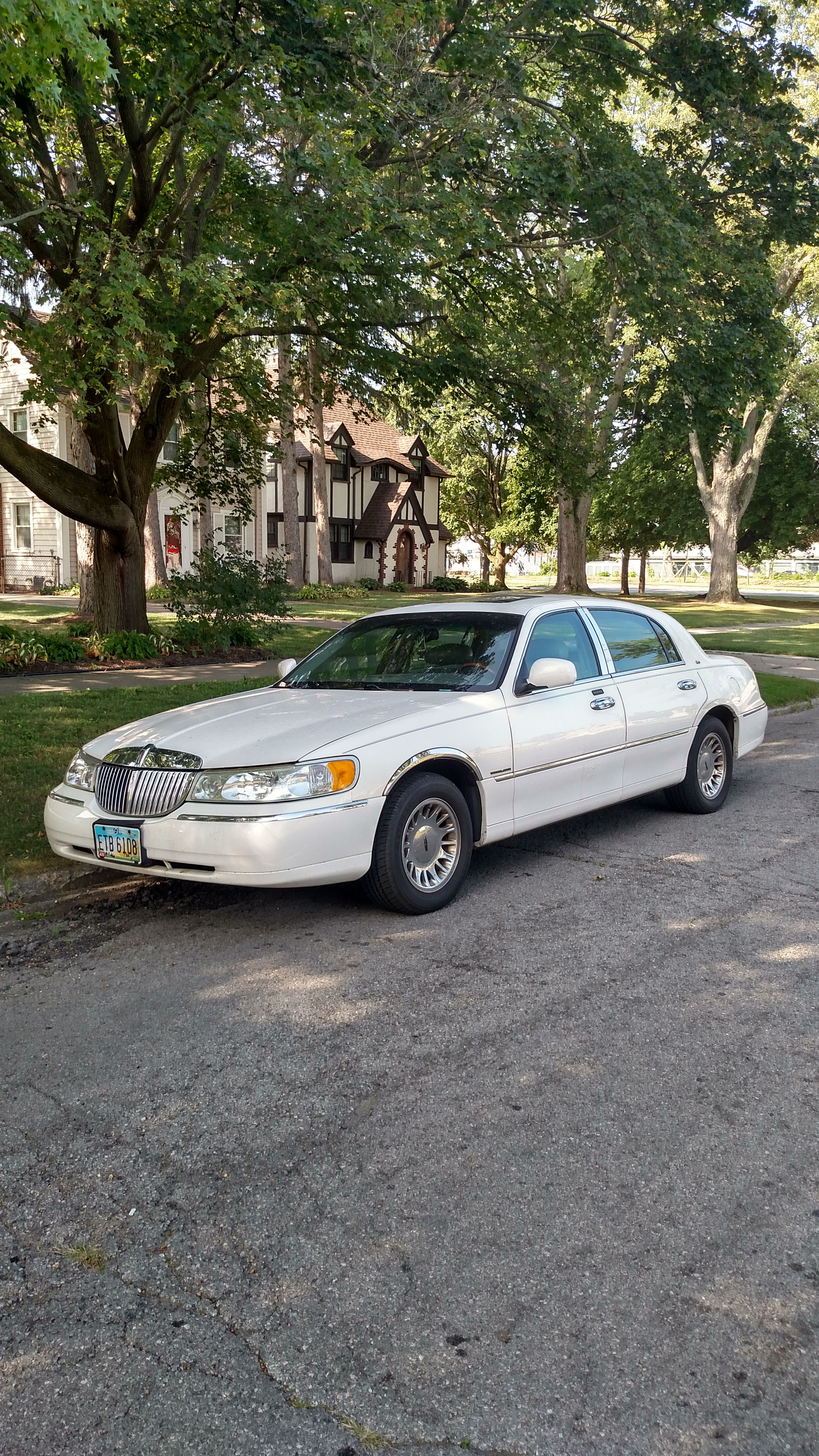 Junk 2000 Lincoln Town Car in Toledo
