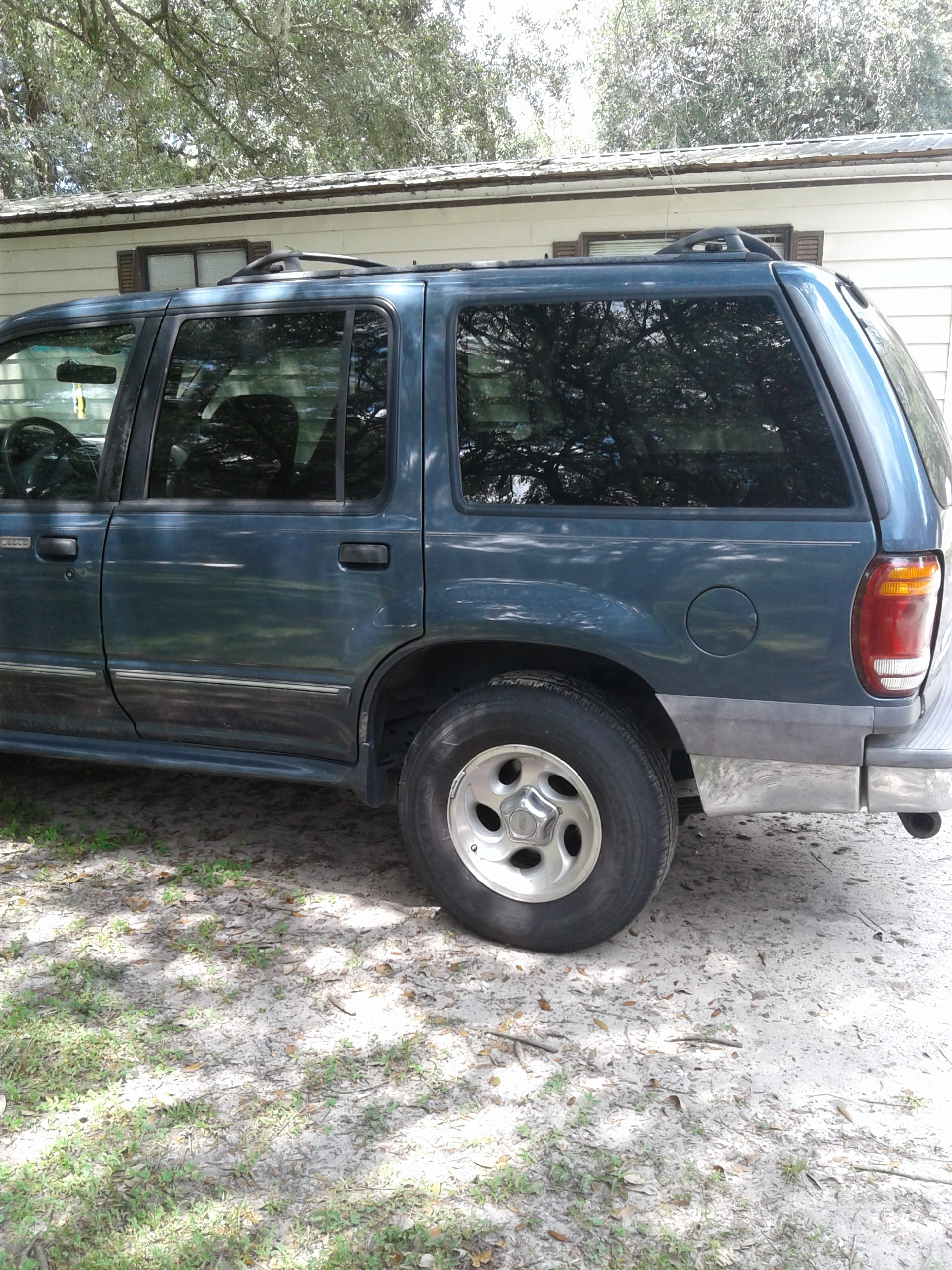 Junk 2001 Ford Explorer in Thonotosassa