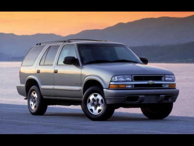 Junk 2002 Chevrolet Blazer in New Hudson