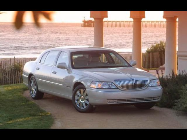 Junk 2004 Lincoln Town Car in Reading