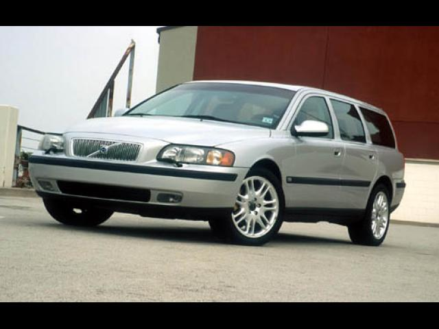 Junk 2004 Volvo V70 in Fairhaven