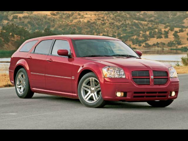 Junk 2005 Dodge Magnum in Miami