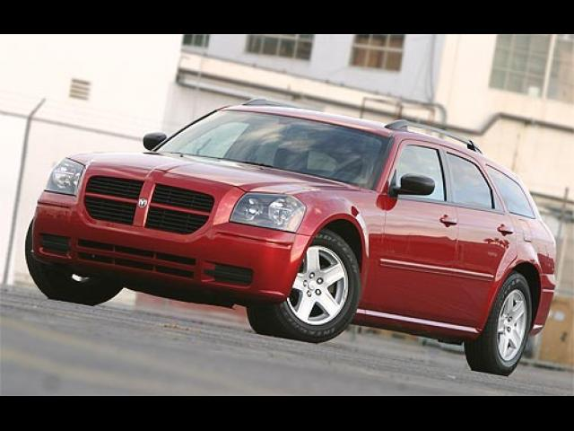 Junk 2005 Dodge Magnum in Waukegan