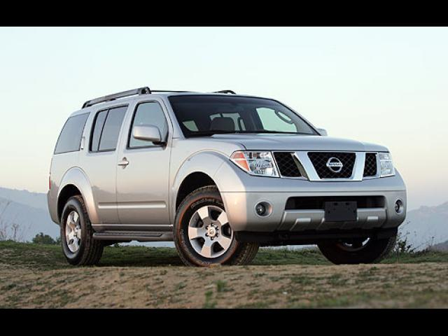 Junk 2005 Nissan Pathfinder in White House