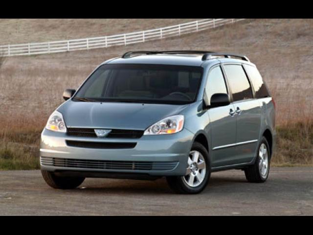 Junk 2005 Toyota Sienna in Saint Louis