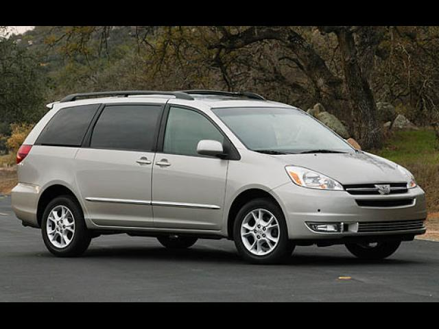 Junk 2007 Toyota Sienna in White House